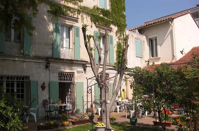 H tel au saint roch avignon hotels avignon for Au saint roch hotel jardin