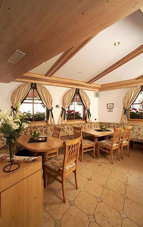 Hotel flora selva di val gardena compare deals for Design hotel val gardena