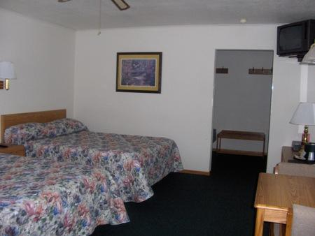 Rustic manor motor lodge saint germain compare deals for Manor motor lodge two queens