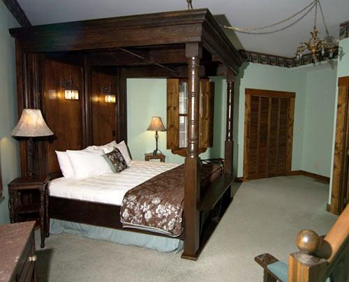 Ravenwood Castle Accommodations New Plymouth Ohio