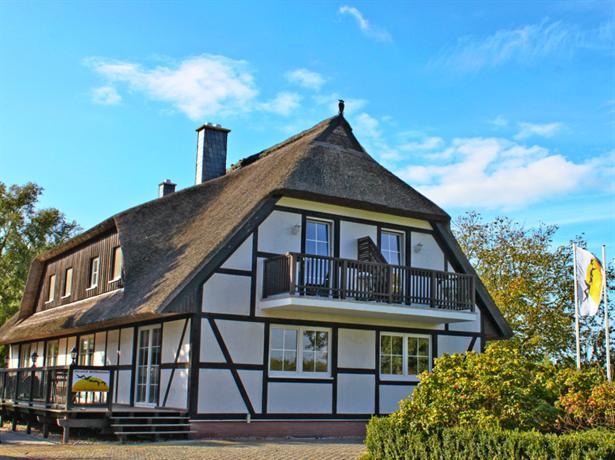 Hof kranichstein hotel rugen kluis compare deals for Guesthouse hof island