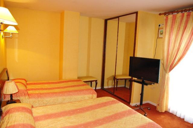 Hotel de la gare troyes centre compare deals for Hotels troyes