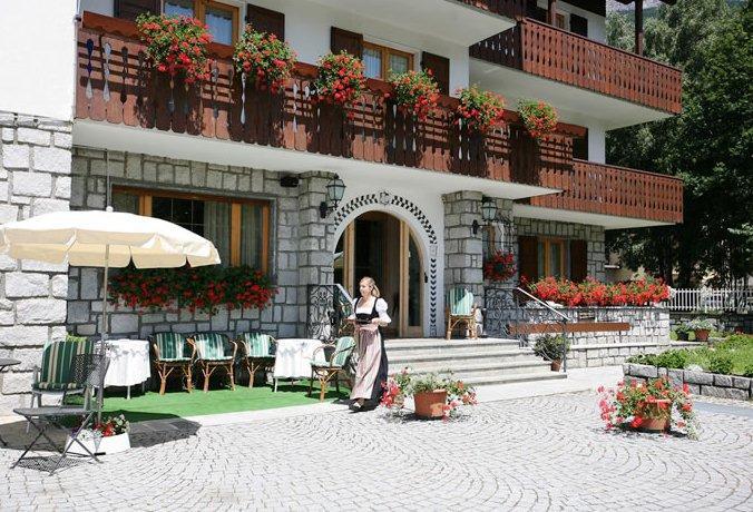 Meuble cima bianca garni hotel bormio compare deals for Hotel meuble della contea bormio