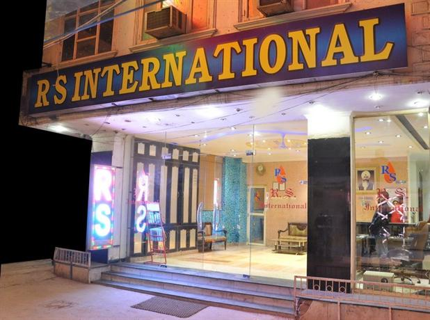 Hotel r s international new delhi compare deals for Decor international delhi
