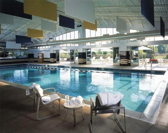Eaglewood resort spa chicago itasca compare deals for Chicago resorts and spas