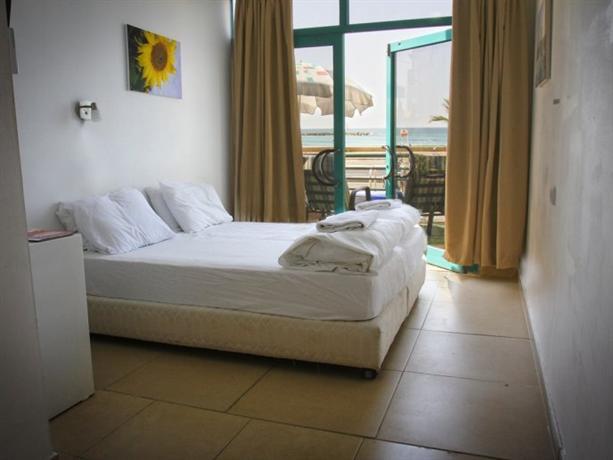 Beachfront Hotel Отель Беачфронт