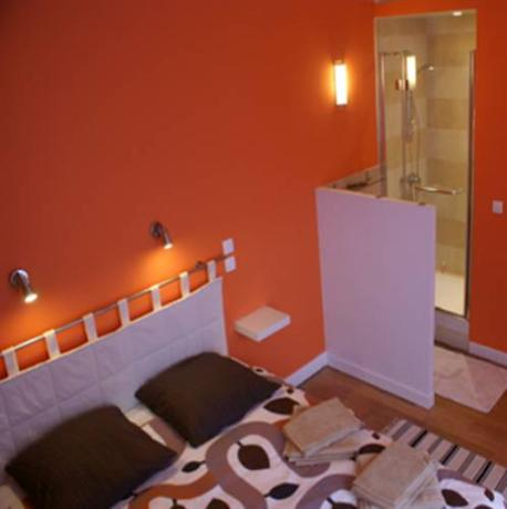 Chambre d 39 hotes les orchidees paris compare deals for Chambre d hotes paris