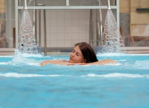 Chateau des thermes chaudfontaine comparez les offres for Chaudfontaine piscine