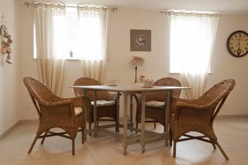 Aparthotel village fleuri wellin compare deals for Appart hotel rochefort