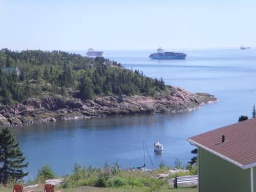 Les chalets au bord de la mer les escoumins compare deals for Hotel au bord de mer