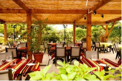 Restaurant Au Feu De Bois - Hotel Restaurant Au Feu de Bois, Amou Compare Deals