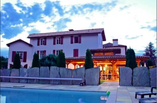 Hotel restaurant txistulari itxassou compare deals for Restaurant itxassou