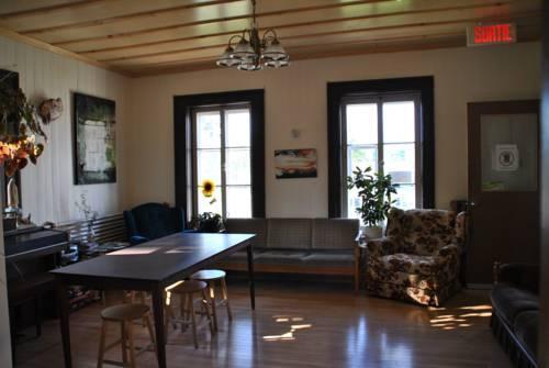 Auberge jeunesse de saguenay la maison price compare deals for Auberge de jeunesse la maison price