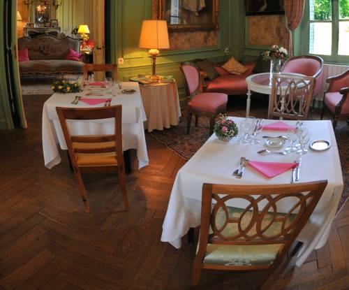 Chateau de salvert chambre d 39 hotes neuille compare deals for Chambre d hote saumur