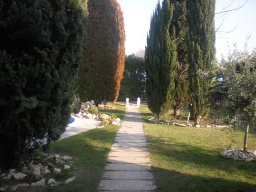 B b au jardin fleuri san giovanni lupatoto compare deals for Au jardin brunch