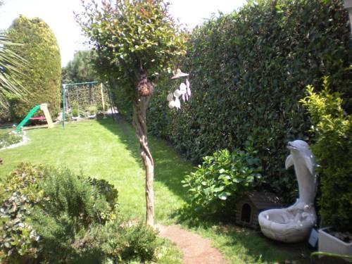 b b au jardin fleuri san giovanni lupatoto compare deals. Black Bedroom Furniture Sets. Home Design Ideas