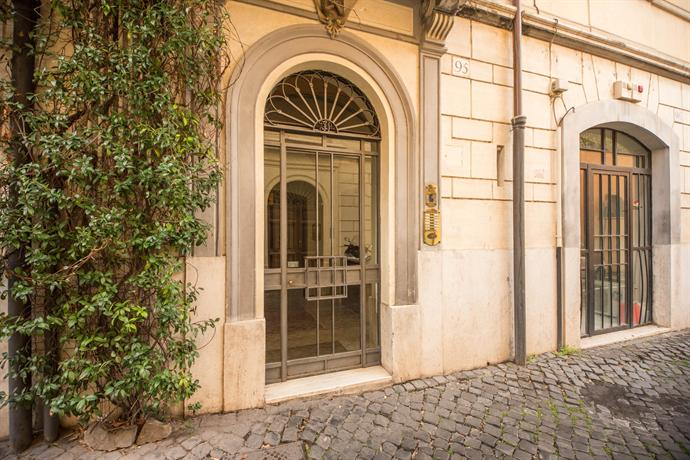 Chic apartment behind the colosseum rome compare deals for Hotel rome chic