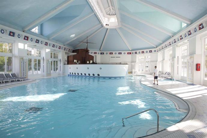 Disneys newport bay club hotel marne la vallee compare deals for Piscine disneyland hotel