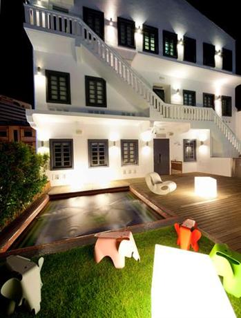 Wanderlust singapore compare deals for Boutique hotel characteristics