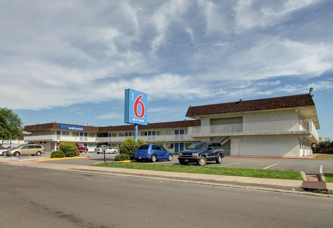 Motel 6 Denver East - Aurora CO is located near shopping and dining. Visit Cherry Creek State Park and the Wings Over The Rockies Museum. All rooms are modern and free Wi-Fi is available. Enjoy our heated seasonal outdoor pool. % smoke-free. Motel 6.