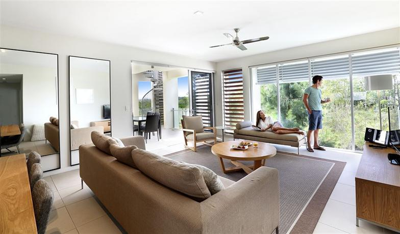 Racv resort noosa noosa heads compare deals for Living room with balcony interior
