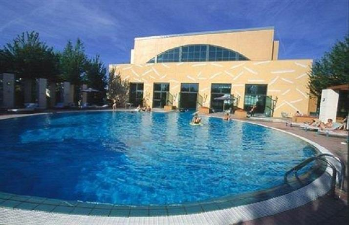 Disney 39 s hotel new york marne la vallee compare deals for New york hotel with swimming pool
