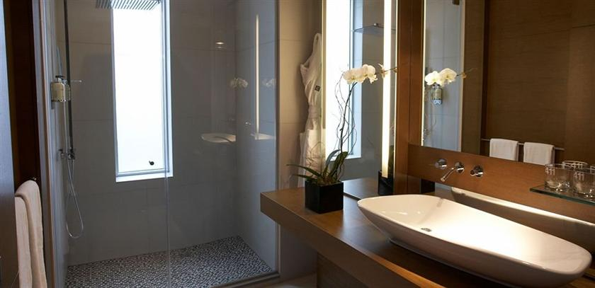 Le germain hotel calgary compare deals for Bathroom design hotel style