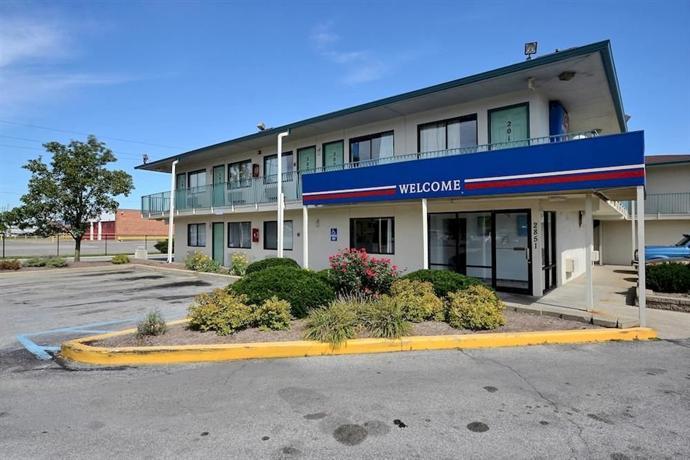 Motel  Shadeland Ave