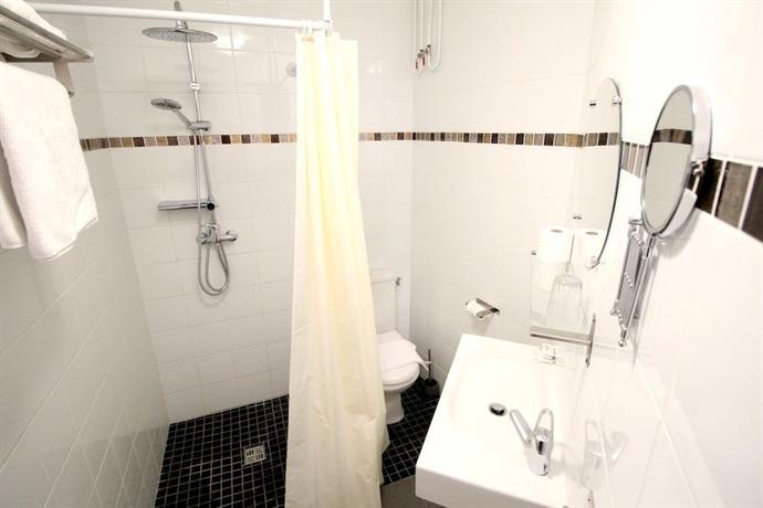 h tel des pyr n es paris belleville comparez les offres. Black Bedroom Furniture Sets. Home Design Ideas