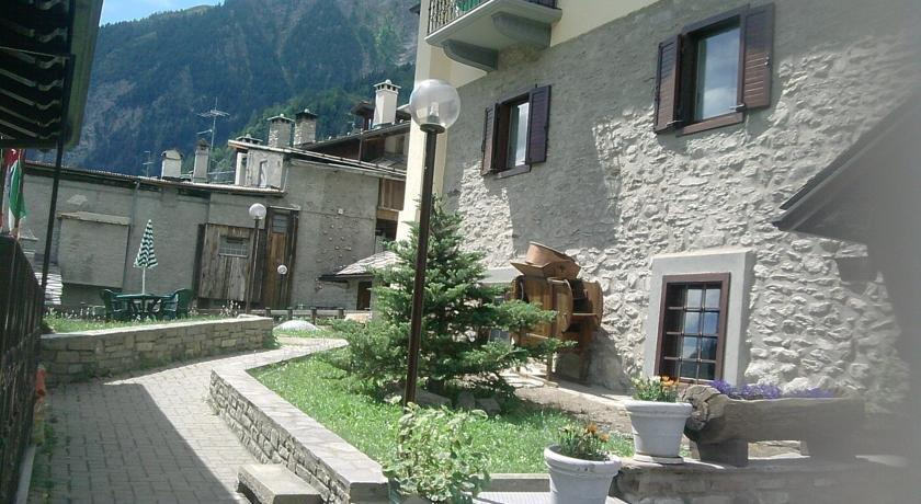 Hotel ottoz meuble courmayeur compare deals for Hotel meuble courmayeur