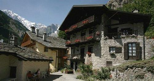 Logis hotel meuble emile rey courmayeur compare deals for Hotel meuble courmayeur
