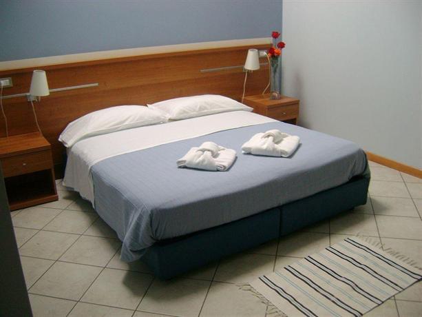 hotel meuble abatjour mantua compare deals. Black Bedroom Furniture Sets. Home Design Ideas