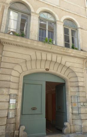 A l 39 ombre des arenes chambre d 39 hote nimes compare deals for Chambre de nimes