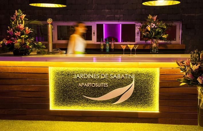 Apartosuites jardines de sabatini madrid compare deals for Hotel jardines sabatini