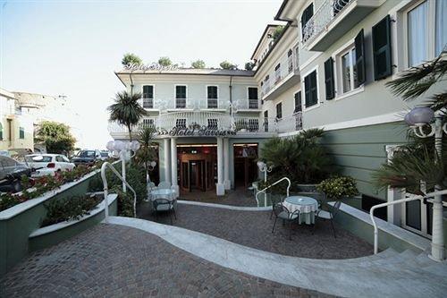 Hotel savoia alassio compare deals for Hotel milano alassio