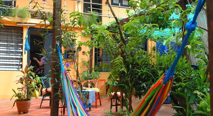 El jardin hostal asuncion compare deals for Hostal el jardin chiclana