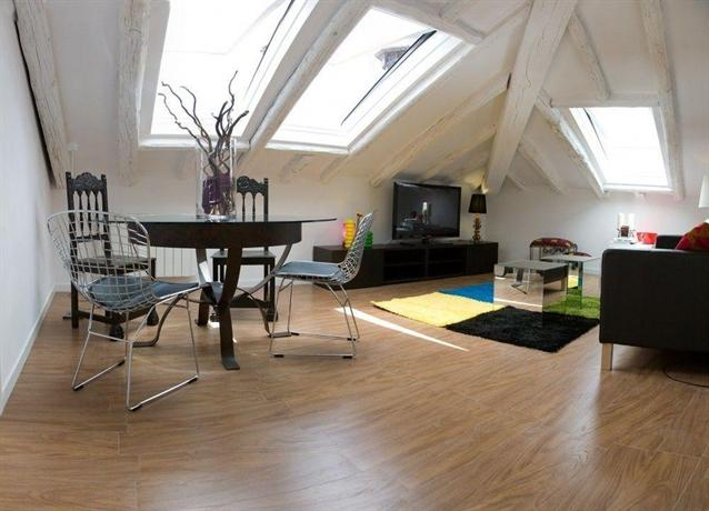 Studios apartamentos puerta del sol madrid compare deals for Puerta del sol apartamentos