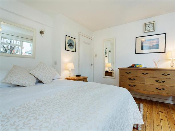 Veeve Charming 3 Bedroom House Solna Avenue Putney