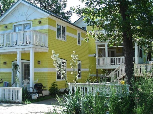 Queen Bee Buzz Inn 7 Br home by RedAwning