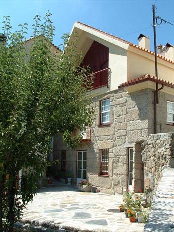 Casa do Meio da Vila