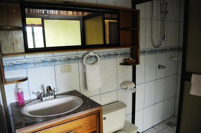 Cabina las orquideas la fortuna compare deals for Affitti cabina cabina resort pinecrest