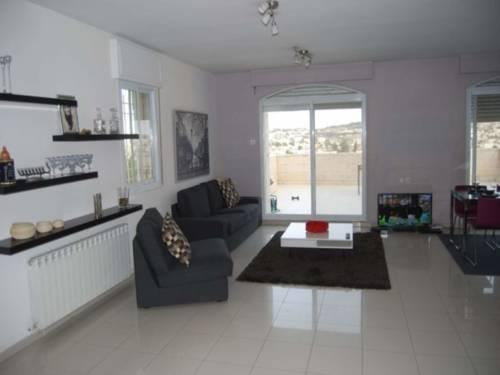 Vacazon apartment hausner street jerusalem compare deals for Appart hotel jerusalem