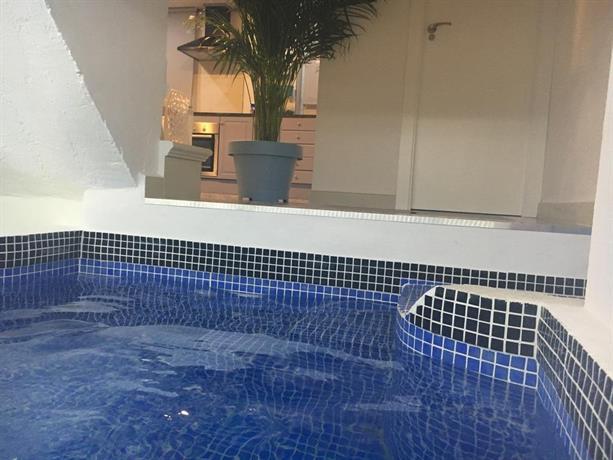 Apartamento con piscina climatizada privada en 1a linea for Piscina climatizada