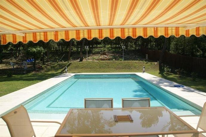 Villa avec piscine privee au sel uchaux compare deals for Villa piscine privee
