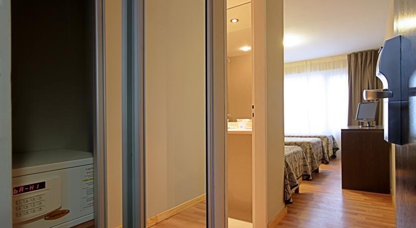 Hotel lagos andinos san carlos de bariloche compare deals for Carlos house lagos