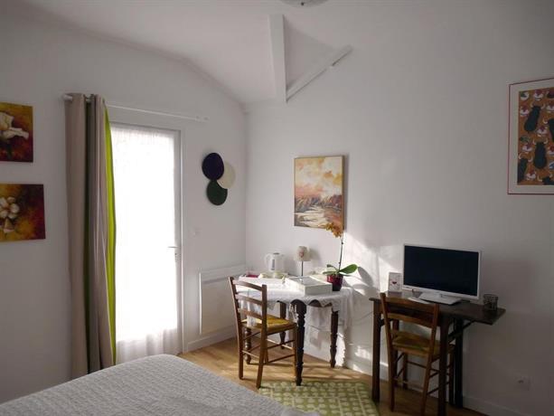 Chambre d 39 hotes lanoki larressore compare deals for Chambre d hotes anglet