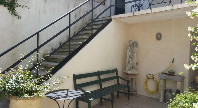 chambre d 39 hotes de la carriere romaine nimes compare deals. Black Bedroom Furniture Sets. Home Design Ideas