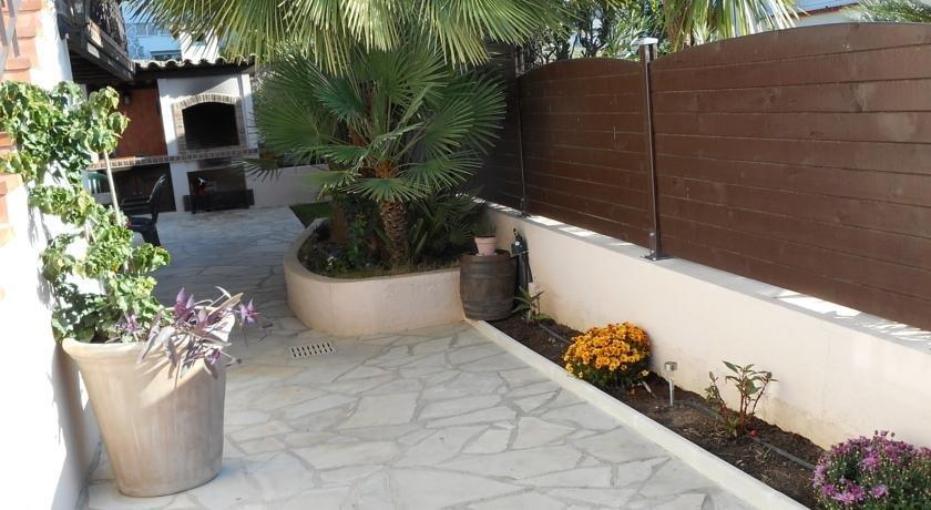 2 pieces en rez de jardin de villa antibes compare deals for Rez de jardin