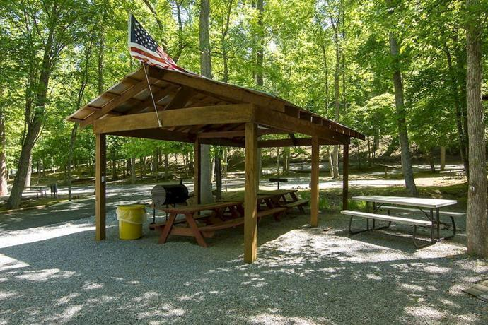 Arrow creek camp and cabins gatlinburg compare deals for Cottages at camp creek