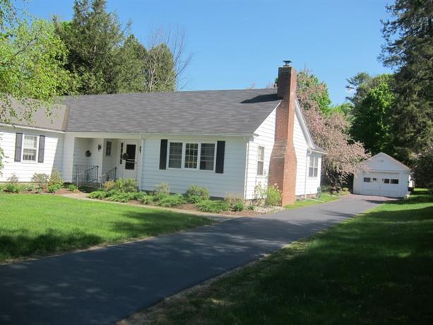 Homestay - Comfy Adirondack Village Home